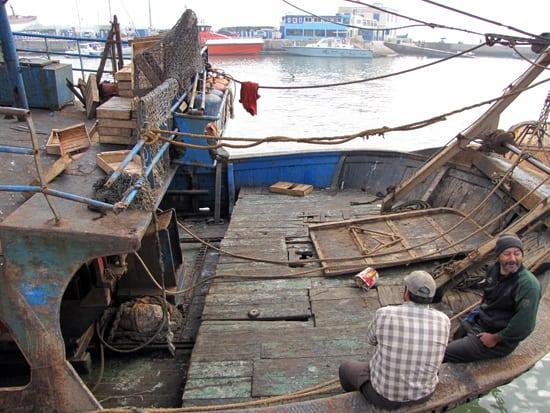 Ein Fischer bei seiner Arbeit am Hafen.