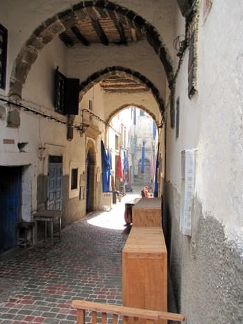 Eine typische Gasse in einer marokkanischen Stadt.
