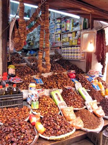 Gewürze und sonstige Leckereien bei einem Händler in der Altstadt.