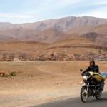 Mit dem Motorrad auf dem Weg zur Todra Schlucht.